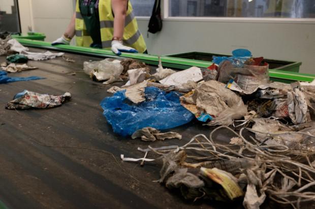 Czasami na taśmie w sortowni odpadów udaje się znaleźć cenną zgubę.