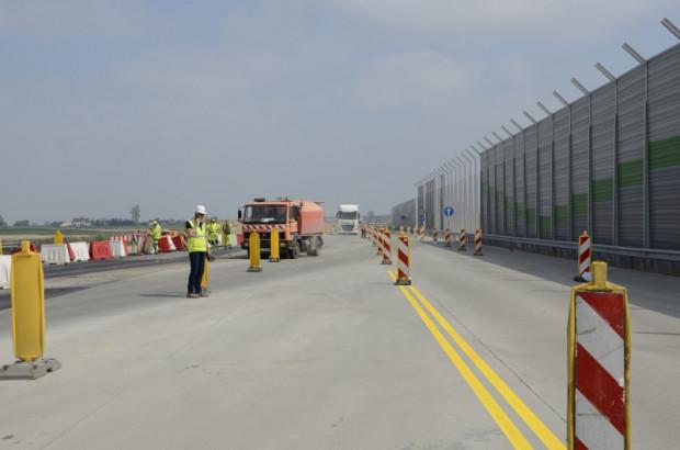 Nowy betonowy odcinek autostrady A1, znajdujący się na południe od Łodzi, między Piotrkowem i Kamieńskiem, został oddany do użytku w piątek, 18 czerwca.