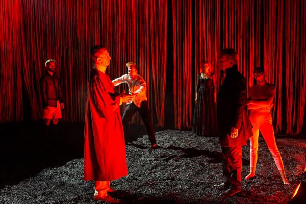 """""""Faust"""" to spektakl aktorski, jednakże wielką rolę w nim odgrywa dramaturgia budowana muzyką i plastyką: scenografią, światłem i projekcjami."""