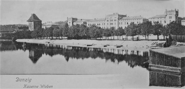 Koszary Wiebego na Starym Przedmieściu. Widok od Motławy, z lewej Baszta Pod Zrębem, około 1905 roku.