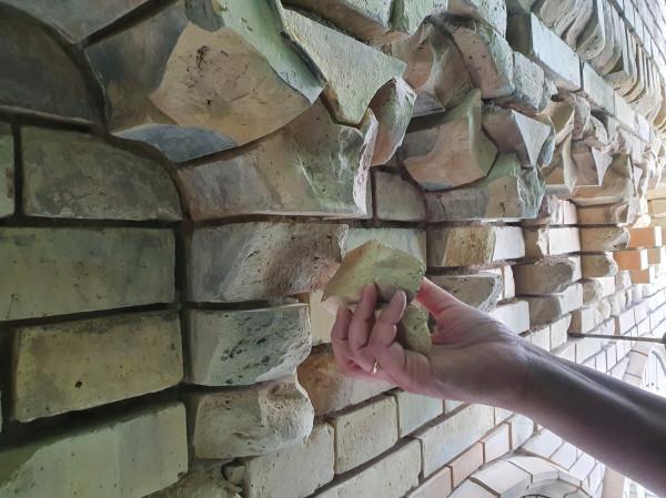 Elewacja koszar musiała zostać odnowiona ze względu na stan cegieł. Praca z nią jest bardzo trudna, ponieważ trudno dopasować się do kolorystyki oryginalnego materiału.
