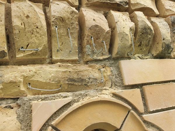 Cegły, które zniszczone są w mniej niż 1/3 są zbrojone i odbudowywane masą kolorze idealnie dopasowanym do oryginału.