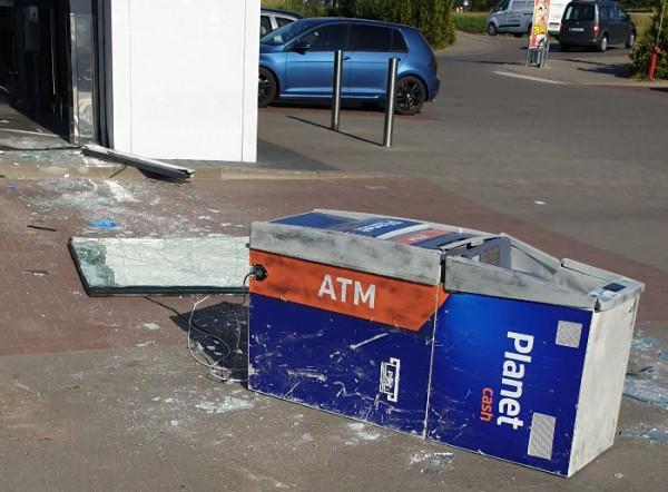 Włamanie do bankomatu w Osowej. Bankomat został wyrwany, ale złodzieje nie dostali się do pieniędzy.