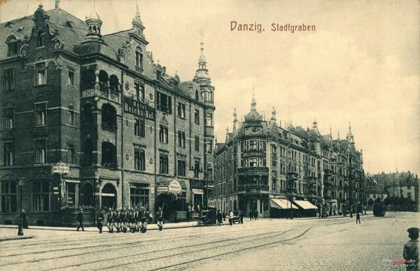 Przy Podwalu Grodzkim w Gdańsku znajdowały się niegdyś wytworne hotele. Po lewej widoczny hotel Reichs Hof, a pośrodku hotel Continental.