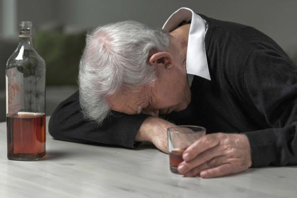 66-latek wypił tyle, że nawet nie udało mu się dojść do kanapy - nieprzytomny zasnął na środku pokoju.