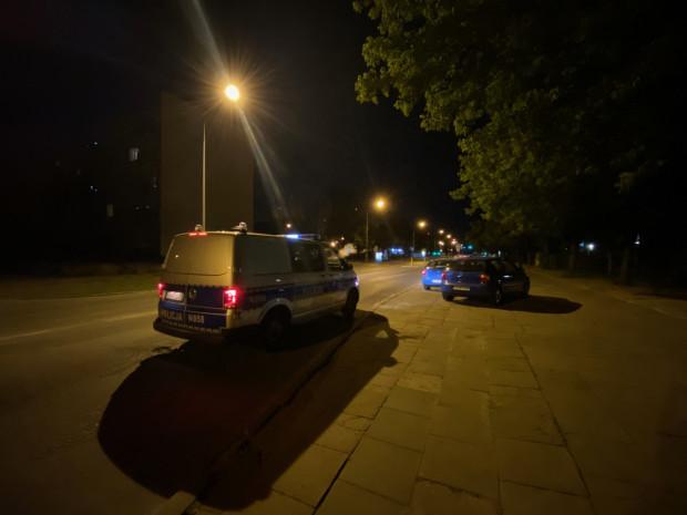 W miejscu, w którym porzucony został pojazd z podrobionymi tablicami rejestracyjnymi, pojawił się patrol policji.