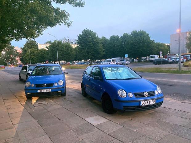 Dwa niemal identyczne VW Polo z takimi samymi numerami tablic.