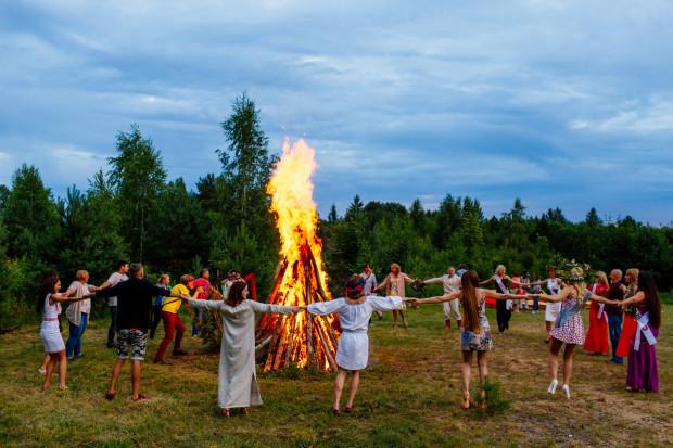 Tańce przy ognisku do białego rana i skoki przez ognisko to jedna z tradycji Nocy Kupały.