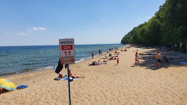 W Gdyni jest 20 wejść na plażę.  Wejście nr 11 znajduje się na wysokości Polanki Redłowskiej.