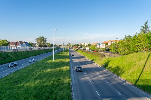 W ramach działań inwestycyjnych przewiduje się m.in. wykorzystanie pasu rozdziału Trasy W-Z pod realizację szybkiego tramwaju.