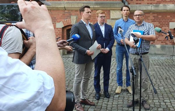Ireneusz Lipecki (z prawej strony), prezes Stowarzyszenia Park na Zboczu opowiedział o trwającym od lat konflikcie w tej sprawie.