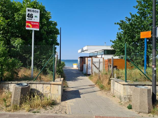 Obrazki zamieszczone przy numerach wejść na plażę mają pozwolić dzieciom na zapamiętanie miejsca, w razie gdyby się zagubiły.