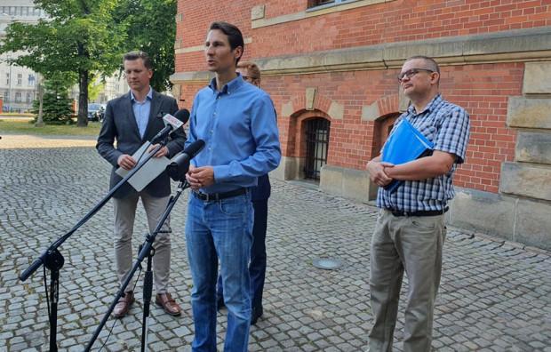 Poseł PiS Kacper Płażyński (w środku) apelował do prezydent Gdańska, by nie szła na rękę deweloperowi, który chce budować na zielonej skarpie.
