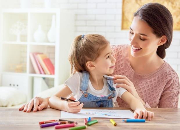 Dzieci uczą się przez obserwację i naśladowanie. Sami postępujmy tak, jak byśmy chcieli, żeby nasze dzieci się zachowywały.