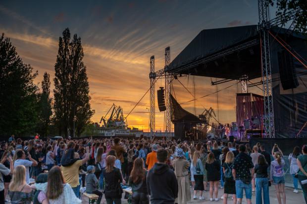 Wydarzenia plenerowe, czyli wszelkie festiwale czy koncerty miejskie, w których nie ma wyznaczonych miejsc - są np. stojące - mogą odbywać się przy liczbie widzów 250 plus osoby zaszczepione w pełni.