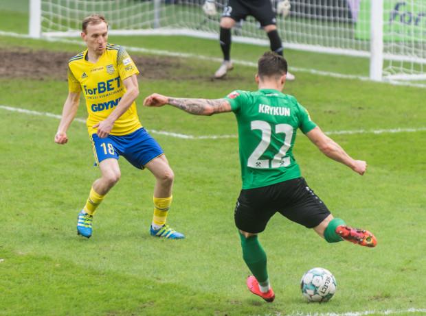 Paweł Sasin (z lewej) po zimowym transferze z Górnika Łęczna do Arki Gdynia zadebiutował w meczu przeciwko... swojej byłej drużynie. Żółto-niebiescy wygrali wówczas 2:1 w 1/8 finału Pucharu Polski.