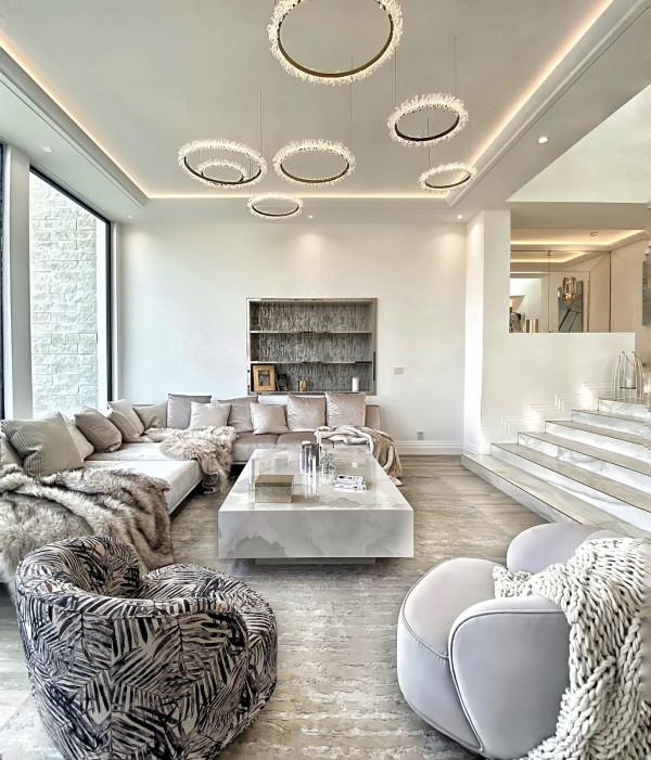W luksusowych wnętrzach częstym motywem jest wprowadzanie złota i zdobionych elementów, np. lamp.