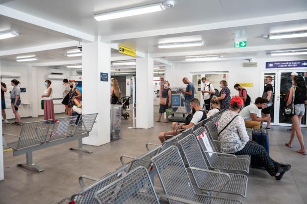 """Kolejki do kas biletowych odstraszają od szukania tam pomocy, dlatego podróżni, w tym """"dalekobieżni"""", szukają jej w bliskim sąsiedztwie peronu, z którego odjeżdża ich pociąg. Najczęściej przy peronach SKM, bo tam, przy automatach biletowych, ludzi mogących im pomóc jest najwięcej."""