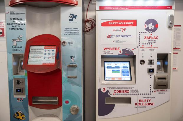 Teoretycznie, automaty biletowe na dworcach są i można z nich korzystać. W praktyce, zdaniem podróżnych, przydałaby się osoba, która na miejscu pomagałaby przebrnąć przez zakup biletu za ich pośrednictwem i udzieliła informacji zagubionym podróżnym.
