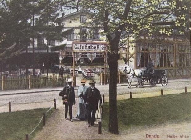 Jedną z kawiarni, która znajdowała się niegdyś przy wielkie alei, była widoczna na widokówce Cafe Halbe Allee. Jej budynek zachował się do czasów współczesnych. Są plany przywrócenia mu pierwotnej funkcji.