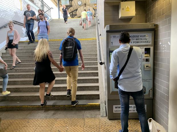 Automaty biletowe to dla podróżnych duże ułatwienie. W słoneczne dni i w godzinach szczytu komunikacyjnego ustawiają się do nich długie kolejki.