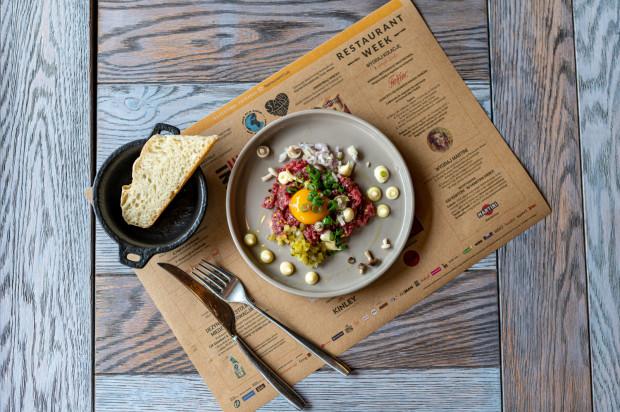 Do 27 czerwca w ramach Restaurant Week - jednego z najpopularniejszych festiwali kulinarnych w Polsce - 23 trójmiejskie restauracje oferują gościom specjalne festiwalowe menu w cenie 59 zł. W jego skład wchodzi przystawka, danie główne i deser. Sprawdziliśmy, co na tę okazję przygotowała gdyńska restauracja Punkt. Na zdjęciu przystawka: tatar wołowy z ziołowym majonezem, marynowanymi grzybami, chipsami ziemniaczanymi i szczypiorkiem.