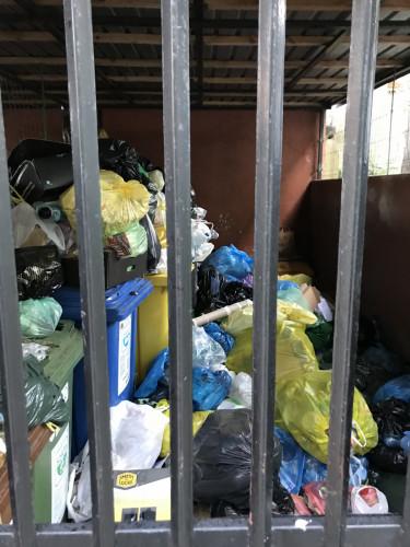 Przez dziurę w jezdni na ulicę od kilkunastu dni nie wjeżdżają śmieciarki. Mieszkańcy obawiają się insektów, szczurów i narzekają na odór odpadów.