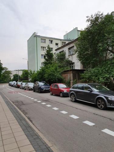 Nowe miejsca parkingowe zostały wyznaczone tak, że zagradzają wyjazd z garażu podziemnego.
