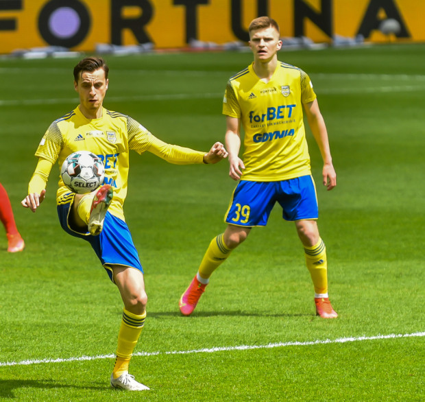 Juliusz Letniowski (z lewej) strzelił 12, a Maciej Rosołek (nr 39) 11 bramek dla Arki Gdynia w sezonie 2020/21. Obaj wracają do klubów, z których byli wypożyczeni.