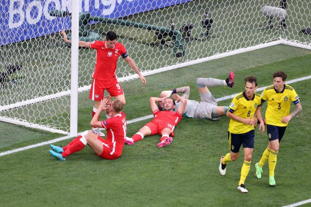Robert Lewandowski (nr 9) strzelił 2 gole dla Polski, ale to było za mało, aby nawet zremisować ze Szwecją, a co dopiero, by awansować do 1/8 finału Euro 2020.