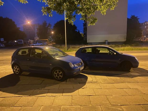 Dwa niemal identyczne VW Polo z... identycznymi tablicami rejestracyjnymi.