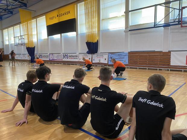 Zawodnicy młodzieżowej drużyny Trefla Gdańsk bacznie obserwowali jak poprawnie udzielać pierwszej pomocy.