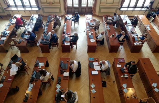 Absolutoryjna sesja Rady Miasta Gdańska odbyła się w Nowym Ratuszu - pierwszy raz po długiej przerwie spowodowanej pandemią.