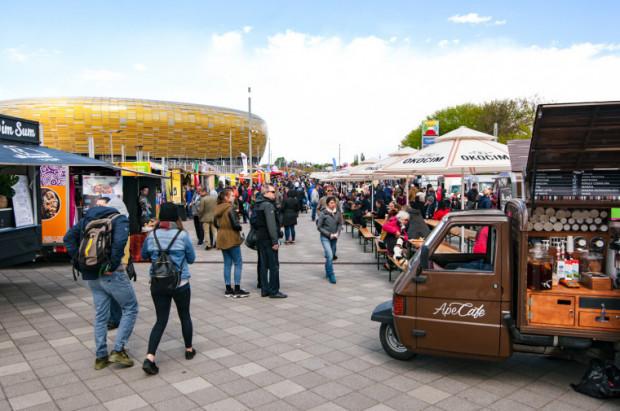 """Zlot food trucków """"Jemy na Stadionie"""" zawsze cieszy się dużym zainteresowaniem mieszkańców i turystów. Zdjęcie z imprezy w 2019 r."""