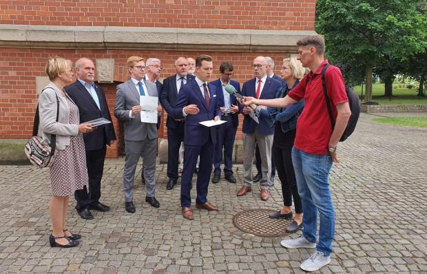 Gdańscy radni PiS przed rozpoczęciem sesji zapowiedzieli, że nie poprą wotum zaufania i absolutorium dla prezydent Dulkiewicz.