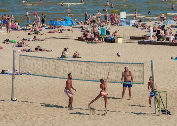 Siatkówka plażowa to jedna z najpopularniejszych aktywności na piasku. W Trójmieście nie brakuje boisk, gdzie można uprawiać tę dyscyplinę sportu.