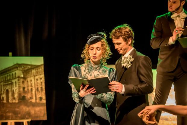 Tytułowy Pan Tadeusz (Paweł Denc, w środku) to prosty chłopak, zainteresowany płcią przeciwną i skory do flirtu, jednak w spektaklu Tomasza Podsiadłego jest niemal nieobecny. Dużo wyrazistszą rolę stworzyła Agata Braun jako Telimena (po lewej).