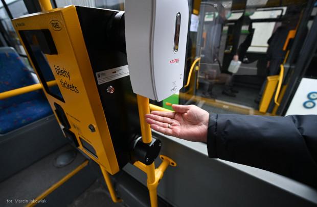 W autobusach i tramwajach nadal do dyspozycji pasażerów pozostaną dozowniki z płynem do dezynfekcji rąk.