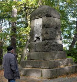Nie ma śladu po tablicy upamiętniającej bitwę pod Oliwą, którą w latach 70. zainstalowano na pomniku królowej Luizy na Pachołku. Dziś tablica jest w renowacji, ale nie wiadomo kiedy wróci na swoje miejsce.