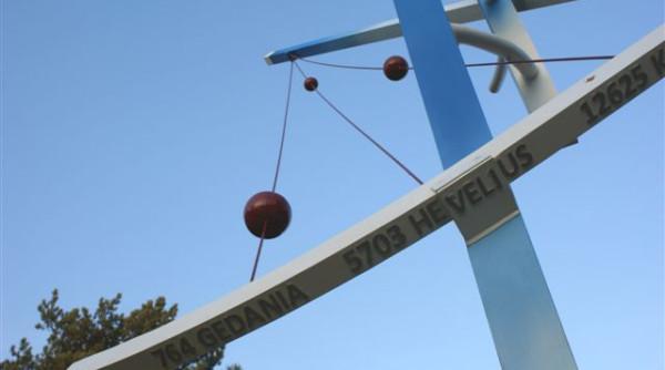 """""""Planetoidy Heweliusza"""" to rzeźba, która ma upamiętnić obchody Roku Jana Heweliusza."""