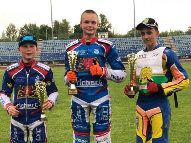 Triumfatorzy Pucharu Ekstraligi od lewej: Antoni Kawczyński, Mateusz Łopuski  i Szymon Ludwiczak.