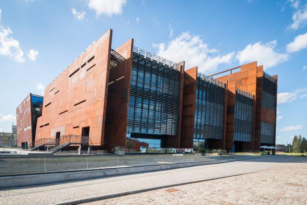 Europejskie Centrum Solidarności dostaje od kilku lat 4 mln zł dotacji z Ministerstwa Kultury. Wcześniej ta kwota wynosiła 7 mln zł, ale została obcięta przez przedstawicieli rządu.