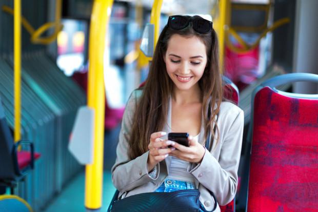 Dziesiąte powiadomienie w telefonie osoby siedzącej obok w komunikacji miejskiej może być irytujące.