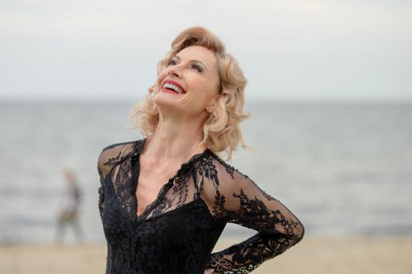 """Niekwestionowaną gwiazdą spektaklu """"Marlena Dietrich. Iluzje"""" jest Beata Buczek-Żarnecka, brawurowo wcielająca się w tytułową bohaterkę nowej premiery na Scenie Letniej w Orłowie."""