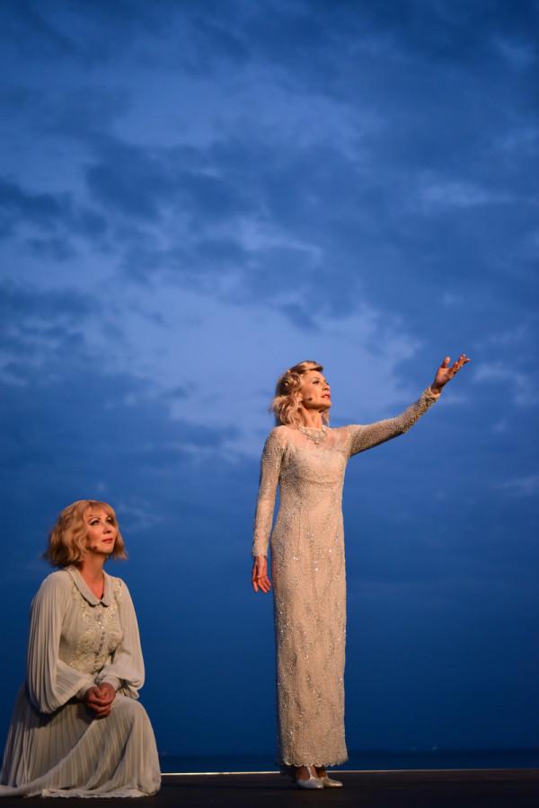 W spektaklu nie brakuje lirycznych, nastrojowych, podszytych smutkiem momentów. Na zdjęciu scena Marleny (Beata Buczek-Żarnecka, po prawej) z córka Marie (Monika Babicka).