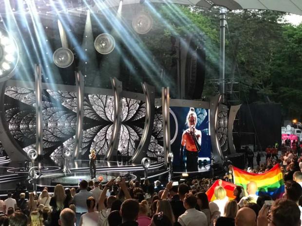Występ Michała Szpaka spowodował, że wśród publiczności pojawiły się tęczowe flagi.