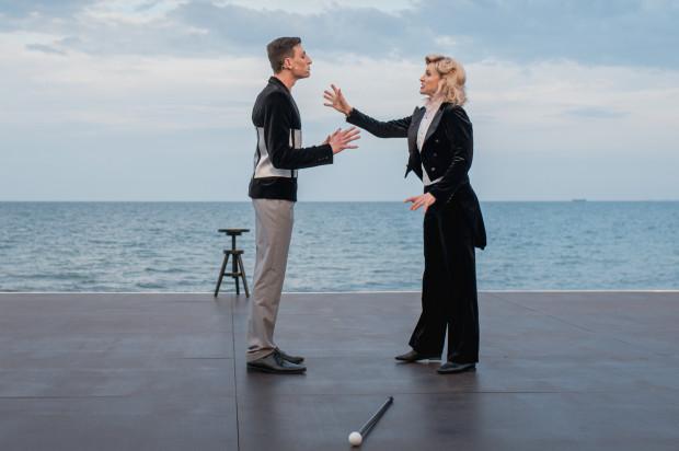 Tekst autorstwa reżysera spektaklu Jacka Bały stworzony został wokół Marleny Dietrich. Udanie partneruje jej Reżyser filmu o wielkiej divie (Krzysztof Berendt, po lewej).