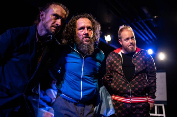 """W spektaklu """"Teohiphip"""" ponownie uczestniczymy w Kongresie Futurologicznym, z udziałem tej samej trójki aktorów. Od lewej: Marek Kościółek, Krystian Wieczyński i Bartłomiej Sudak."""