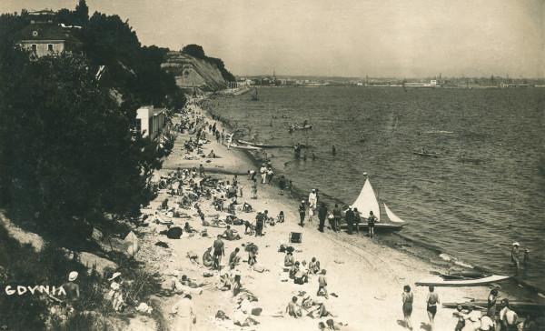 Urlopowicze wypoczywają na plaży w Gdyni. Zdjęcie z drugiej połowy lat 30.