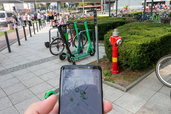 W sklepach iOS i Android dostępne są specjalne aplikacje, które pozwalają na jednej mapie wyświetlić współdzielone pojazdy różnych operatorów.
